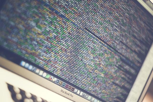 コードを表示したパソコンの画像
