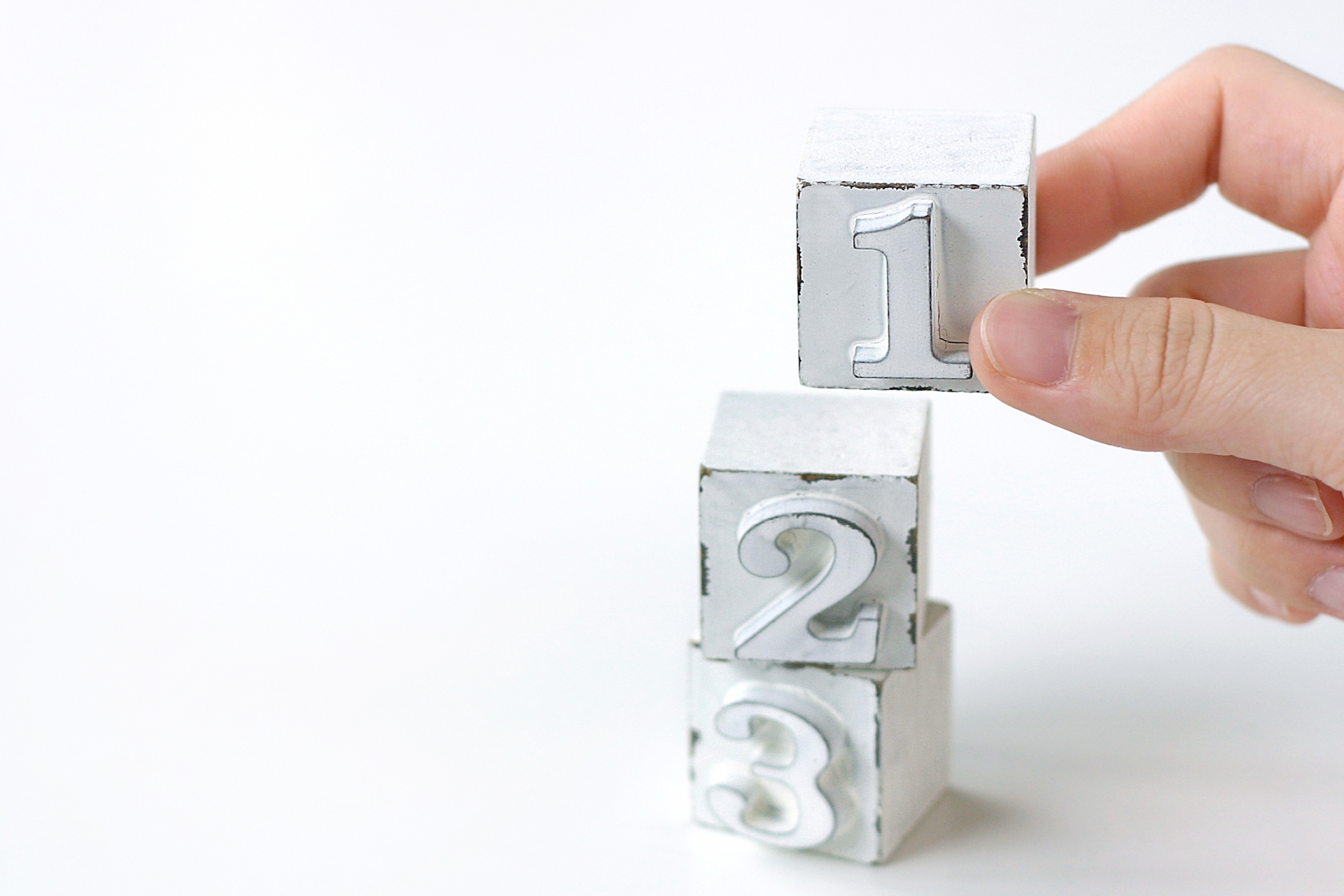 数字の掛かれたブロックが積み重ねられている